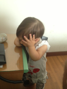 nina al telefono